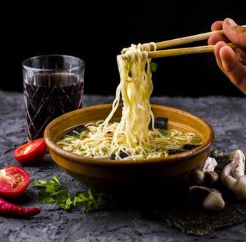 3 Potensi Penyakit di Balik Makan Mie Instan dengan Nasi Putih