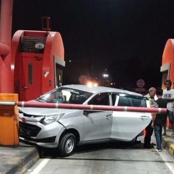 Perampokan di Dalam Tol, Sopir Truk Langsung Hajar Mobil Pelaku Dari Arah Belakang