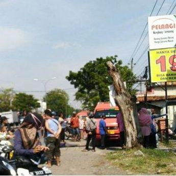 Penyakitnya Kambuh, Pengendara Tabrak Angkot di Mangkang Semarang