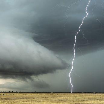 Ramalan Cuaca Besok: 20 Wilayah Berpotensi Hujan Lebat dengan Petir