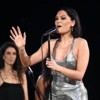 Lirik Lagu dan Terjemahan 'Domino' - Jessie J, Take Me Down Like I'm A Domino