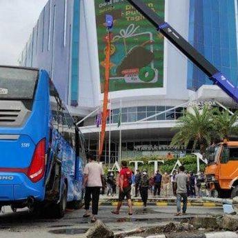 Bus DAMRI dan Truk Pengangkut Tabrakan di Depan Mall Manhattan Medan, Tidak Ada Korban Jiwa