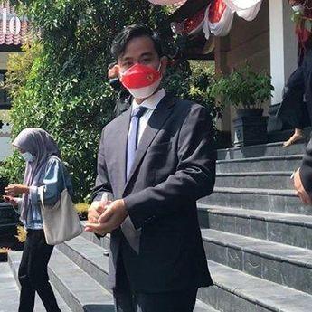 Kenakan Masker Merah Putih Bergambar Garuda Saat Dengarkan Pidato Kenegaraan di Kantor DPRD, Wali Kota Solo Jadi Sorotan