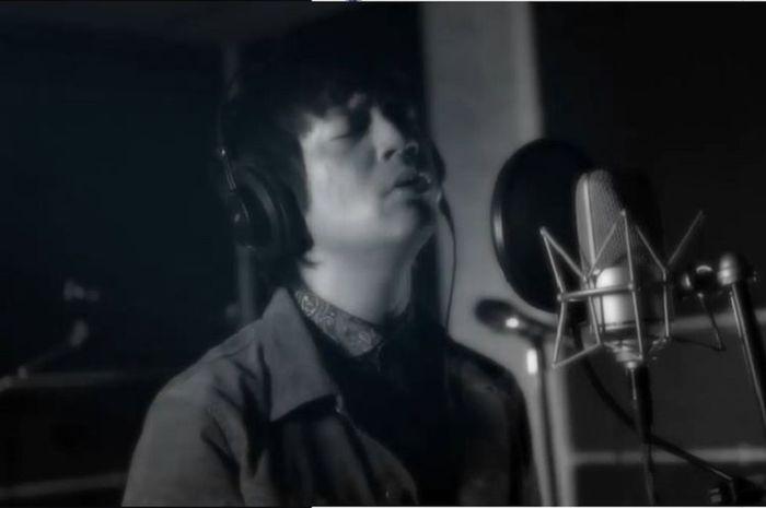 Rian D'Masiv mengcover lagu Suho EXO yang berjudul 'Let's Love'