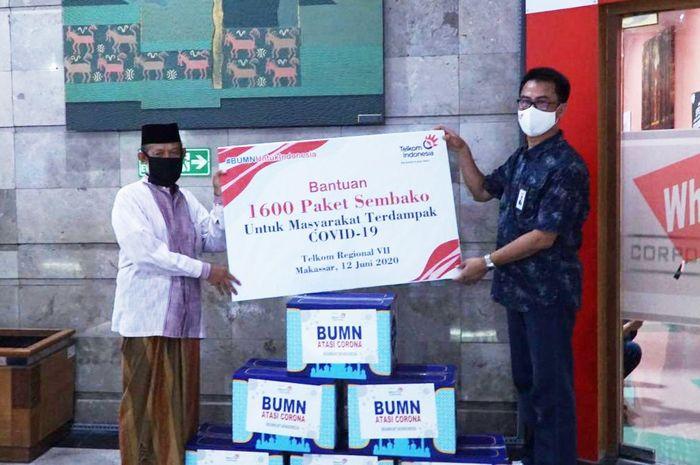 EVP TR 7, Aris Dwi Tjahjanto menyerahkan secara simbolis donasi karyawan TelkomGroup senilai Rp500 juta.