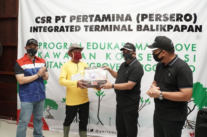 Pertamina Integrated Terminal (IT) Balikpapan kembali melakukan penanaman 2.000 bibit mangrove di kawasan konservasi Margomulyo, Balikpapan Barat, Jumat (24/7/2020).