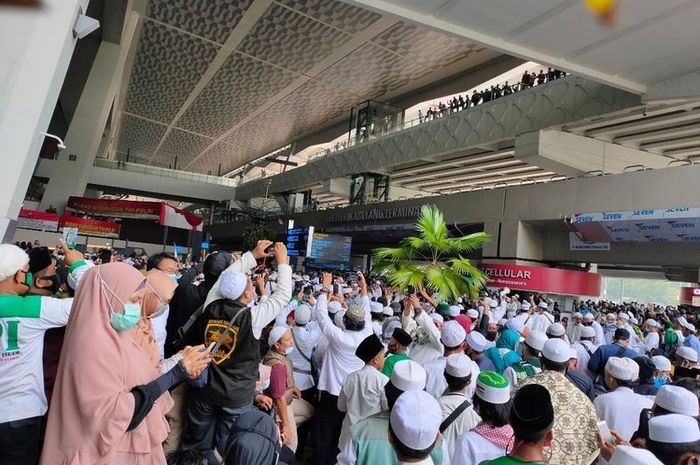 Massa penjemput Rizieq Shihab Padati depan Lobby Terminal 3 Bandara Soekarno-Hatta, Selasa (10/11/2020)(KOMPAS.com/Tria Sutrisna)
