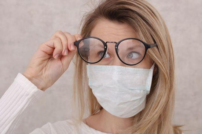 Ilustrasi kacamata berembun karena menggunakan masker