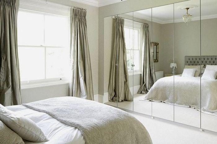 Ilustrasi cermin di depan tempat tidur.