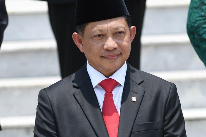 Menteri Dalam Negeri Tito Karnavian bersiap mengikuti foto bersama seusai pelantikan menteri Kabinet Indonesia Maju di Beranda Halaman Istana Merdeka, Jakarta, Rabu (23/10/2019). ANTARA FOTO/Wahyu Putro A/foc.