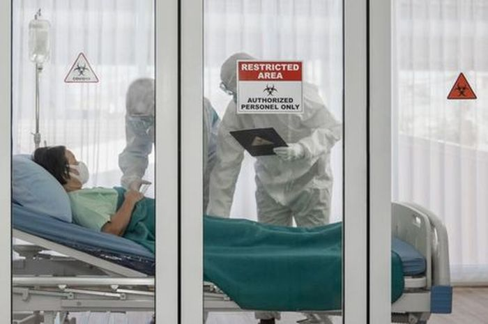 Ilustrasi perawatan pasien covid-19 di rumah sakit