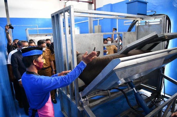 Gubernur Sulsel Nurdin Abdullah meninjau sistem kerja di RPH Modern Antang, Makassar