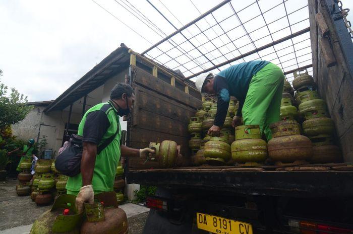 Penyaluran elpiji 3 kilogram saat operasi pasar di kelurahan sungai jingah