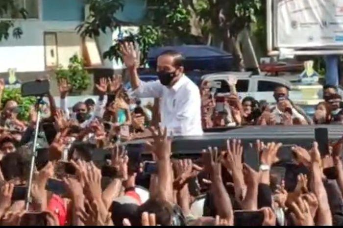 Tangkapan layar video kerumunan warga sambut kedatangan Presiden Joko Widodo di Maumere, NTT, yang beredar di media sosial