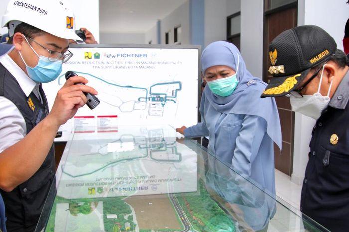 Gubernur Khofifah saat meninjau TPA sampah Supit Urang Kota Malang, Selasa (16/03/2021).