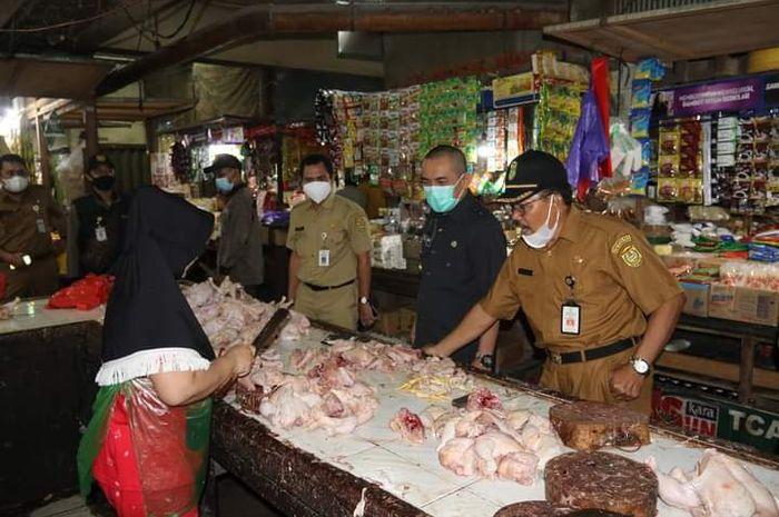 Pj Wali Kota saat memantau harga bahan pokok di pasar Sentra Antasari