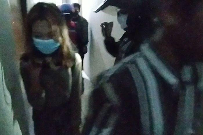 Remaja saat diamankan petugas Pol PP saat di sebuah kamar hotel