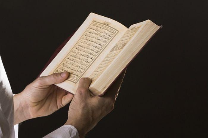 Ilustrasi membaca Al-Quran.