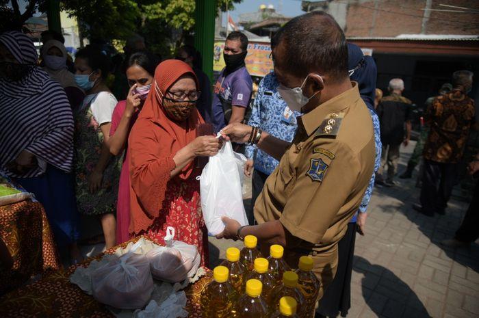 Operasi Pasar di Balai RW Surabaya,  Cak Ji Tinjau Harga Sembako