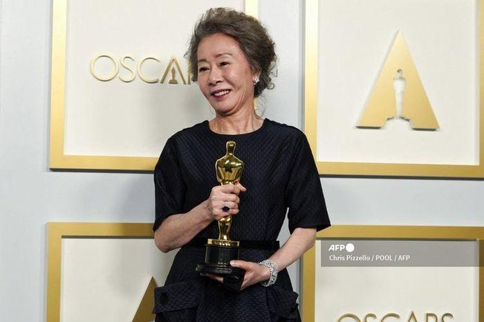 Youn Yuh-Jung memenangi Piala Oscar Actress in a Supporting Role (Aktris Pemeran Pembantu Wanita Terbaik) untuk film Minari pada pergelaran Academy Awards atau Oscar 2021 yang digelar di Union Station di Los Angeles, California, pada 25 April 2021.