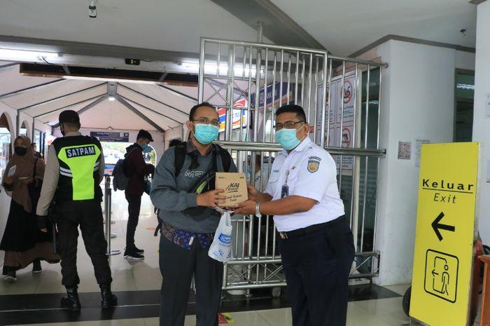 Suasana pembagian takjil di Stasiun Bandung, Kamis (29/4/2021) / Gun