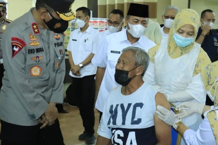 Kapolda Sumsel Irjen Prof Eko pantau vaksinasi di Muba