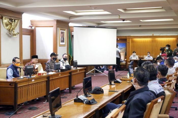 Wakil Ketua Komisi V DPRD Provinsi Jawa Barat Abdul Hadi Wijaya (bertopi) saat menemani Wakil Gubernur Jabar Uu Ruzhanul Ulum dalam dialog dengan para buruh di Gedung Sate Bandung, Sabtu (1/5/2021)