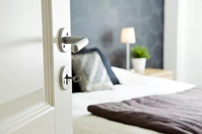 Ilustrasi tempat tidur yang dekat dengan pintu