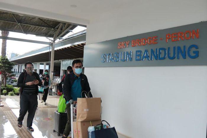 Suasana sore saat kedatangan penumpang di Stasiun Bandung, Selasa (4/5/2021)