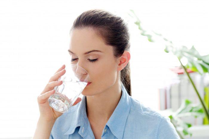 Illustrasi Wanita Minum Air Dingin