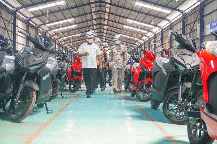Ketua Umum Ketua Umum Perkumpulan Industri Kendaraan Listrik Indonesia  PERIKLINDO Jenderal (Purn) Dr Moeldoko menyambangi Pabrik Motor Listrik GESITS, produksi PT WIKA Industri Manufaktur (WIMA) di Cileungsi, Bogor, Jawa Barat, Kamis (6/5/2021)
