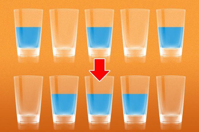Bagaimana cara memindahkan air di bagian atas menjadi seperti yang di bagian bawah dengan satu kali tuang?