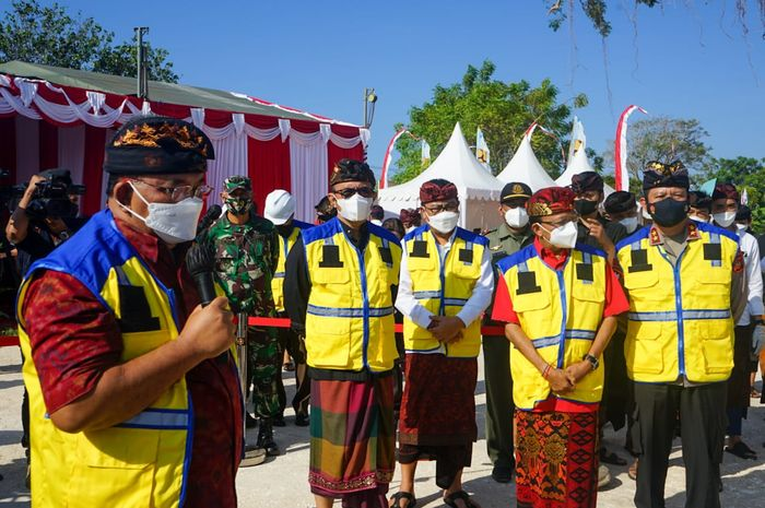 Walikota Denpasar, IGN Jaya Negara dan Wakil Walikota Denpasar, I Kadek Agus Arya Wibawa saat medampingi Gubernur Bali, Wayan Koster pada pelaksanaan Ground Breaking Embung Sanur, Desa Sanur Kauh.