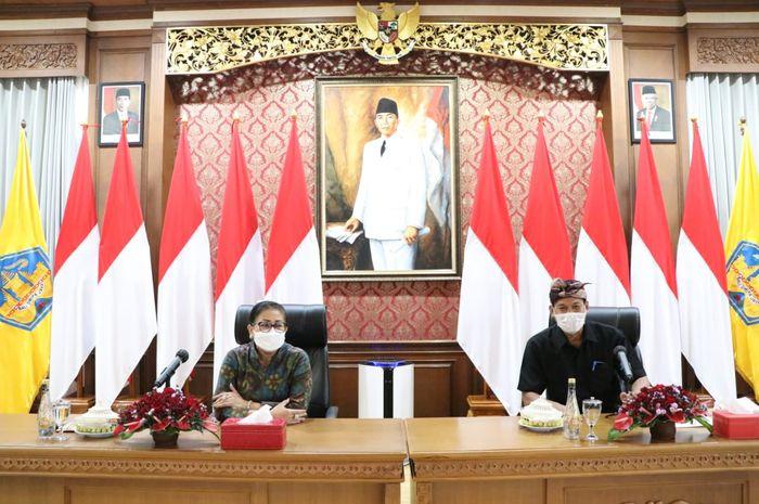 Ketua Umum Dewan Kerajinan Nasional Daerah (Dekranasda) Provinsi Bali Ny Putri Suastini Koster dan Kadisperindag Provinsi Bali Wayan Jarta