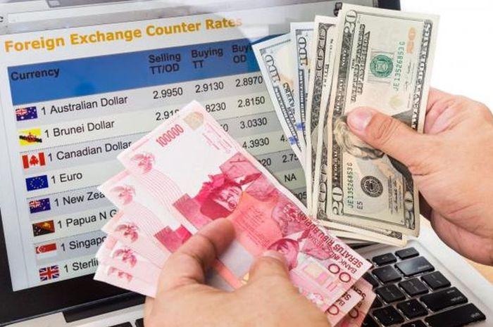 Ilustrasi uang Rupiah dengan Dolar AS.