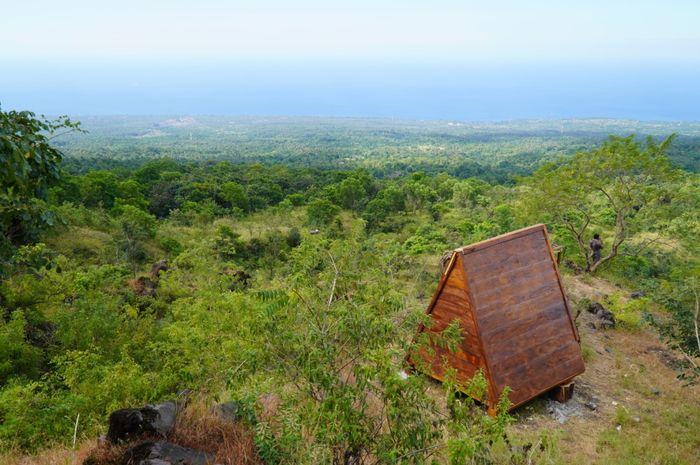 Keindahan Lokasi Trekking Hutan Desa Dukuh Pondok Mimpi dengan Rumah Segitiga dilereng gunung.