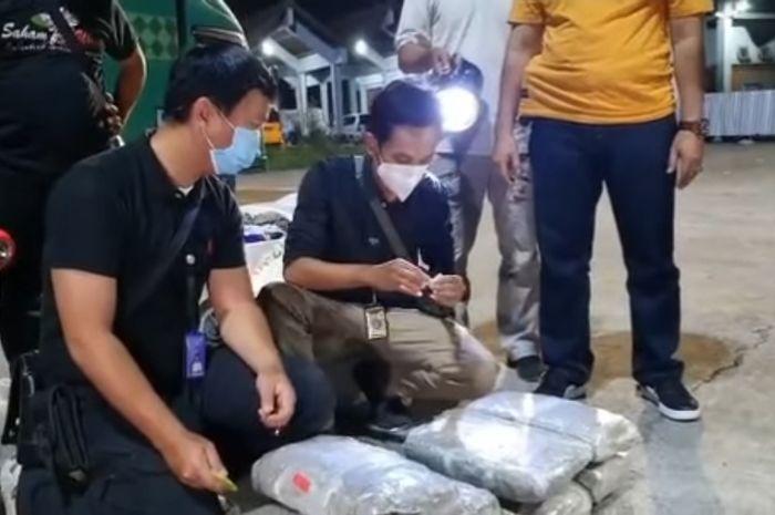 BNNP Bali saat melakukan pemeriksaan mobil ekspedisi yang membawa narkoba jenis ganja di Terminal Tipe A Mengwi pada Senin 14 Juni 2021
