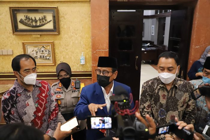 Pembina Ikama, Achmad Zaini (tengah) usai audiensi, apresiasi dan dukungan IKAMA kepada Satgas Covid-19 Surabaya di Balai Kota Surabaya, Senin (14/06/2021) sore.