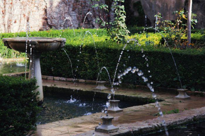 Air mancur di taman.