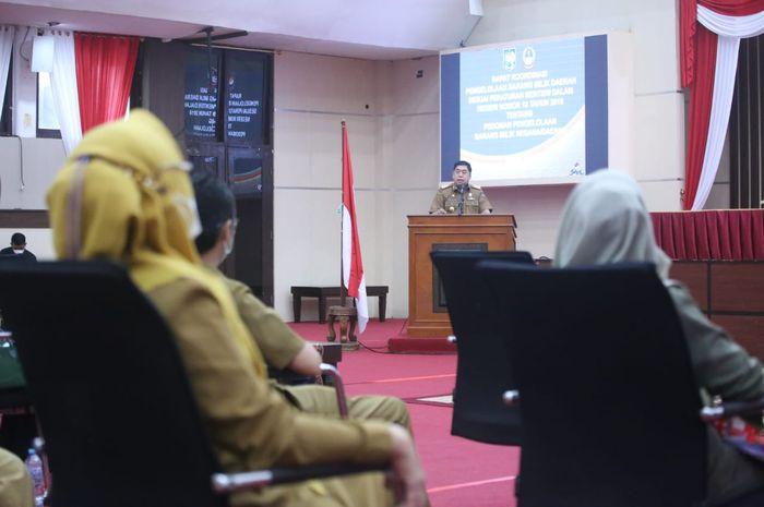 Sekprov Sulsel Abdul Hayat Gani memberi arahan dalam rapat koordinasi PPKM di Makassar.