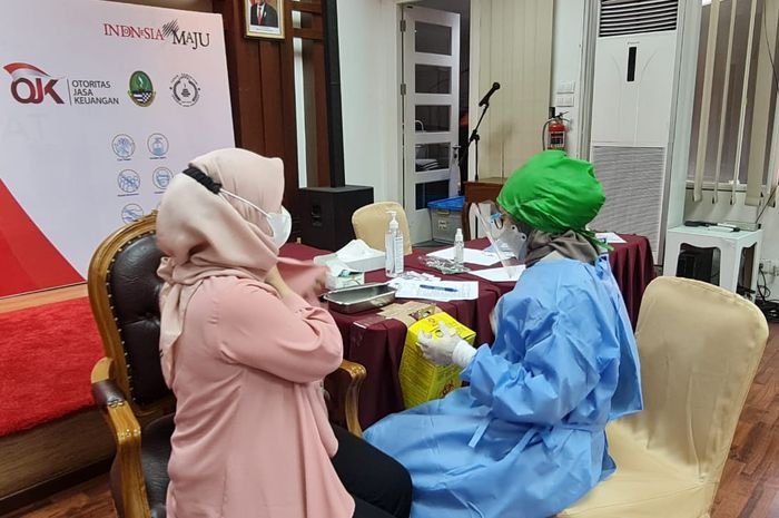 Suasana Pemberian Vaksinasi Massal di OJK Kantor Regional 2 Jawa Barat, Rabu (16/6/2021)