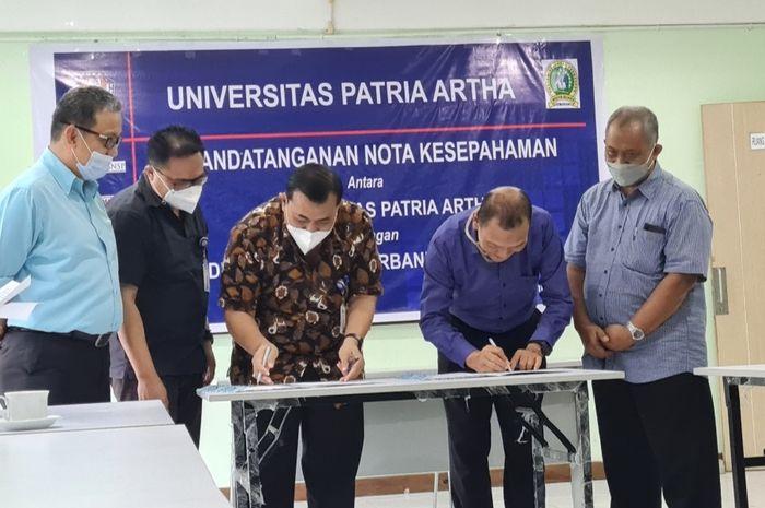 Penandatanganan kerjasama antara UPA dengan Direktur Akademi Keuangan Perbankan Widya Buana Semarang.