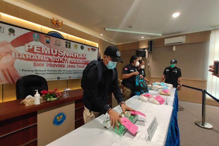 Petugas BNNP Jatim menyiapkan berbagai barang sitaan narkotika dalam giat pemusnahan di kantor BNNP Jatim Jl. Raya Sukomanunggal 55-56 Surabaya, Selasa (22/06/2021)