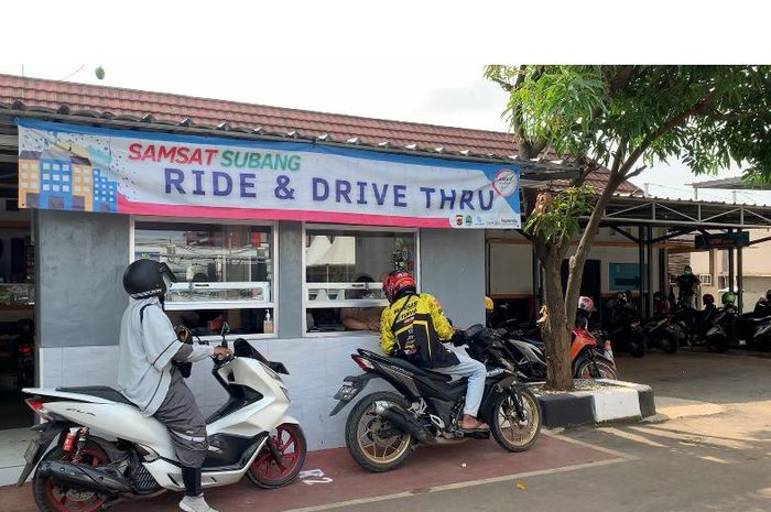Suasana Drive Thru Samsat Subang, Selasa (22/6/2021)