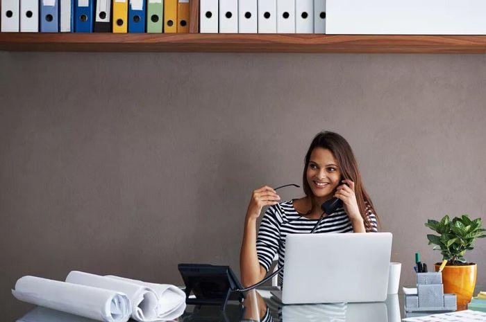 Ilustrasi wanita di kantor