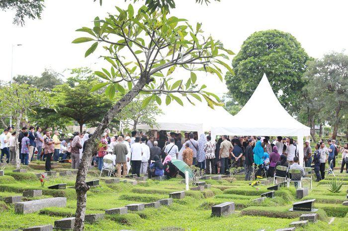 Illustrasi Menghadiri Pemakaman