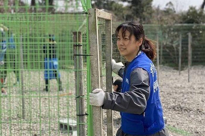 Lee Hyori menjadi relawan di shelter hewan terlantar di Jeju Island