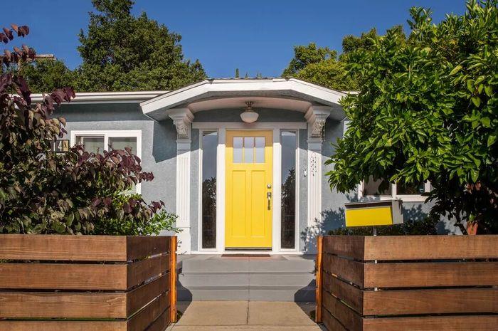 Ilustrasi pintu depan rumah berwarna kuning