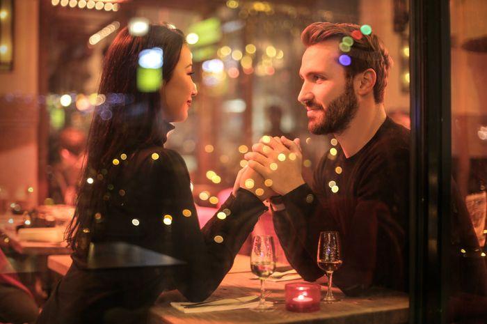 Tingkah Laku Wanita yang Bikin Pria Jatuh Cinta