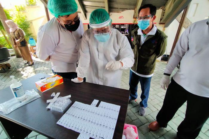 petugas kesehatan yang mengambil sampel memantau hasil rapid test antigen di Sekretariat DPRD Kalsel, beberapa waktu lalu